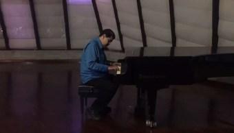 Maduro muesra sus habilidades con el piano
