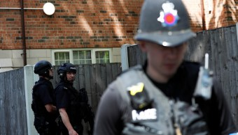 Policías británicos en la residencial donde un hombre fue arrestado en el área de Chorlton de Manchester (Reuters)