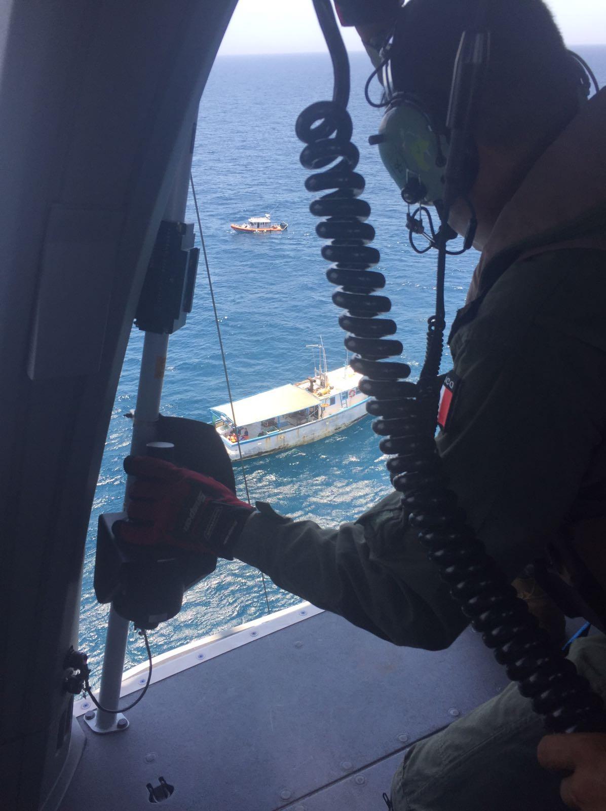 Helicoptero se acerca a una embarcacion en Puerto Progreso