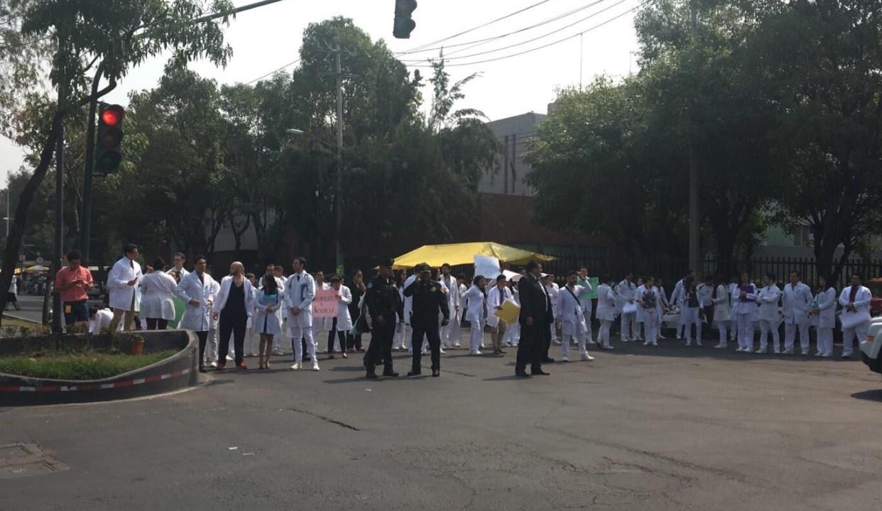 Se manifiestan médicos residentes del Hospital Juárez tras asalto a un compañero. (Twitter: @lupitamadrigal1)