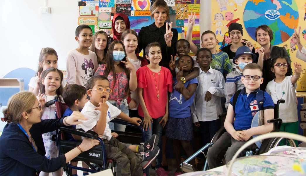 Melania Trump visita a niños del hospital Bambino Gesú de Roma