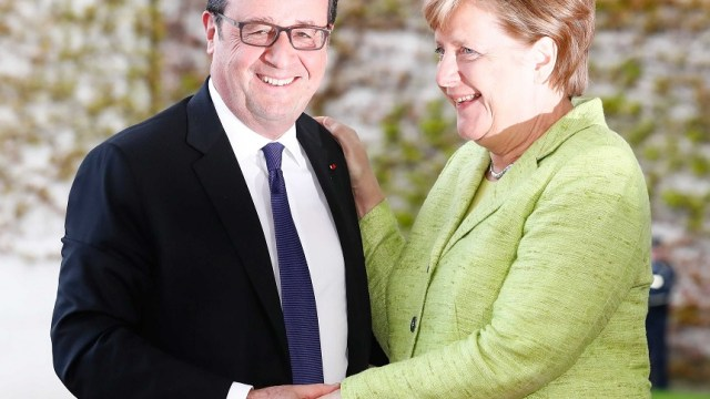 La canciller alemana Angela Merkel da la bienvenida al presidente francés François Hollande tras su llegada a Berlín, Alemania (Reuters)