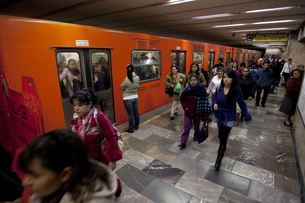 personas abordando en el metro de la ciudad de méxico
