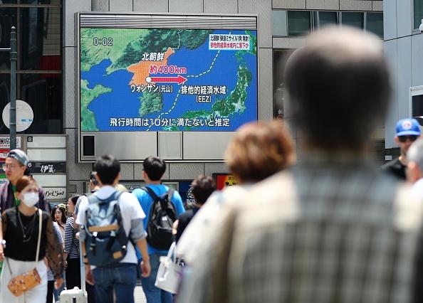Peatones miran las noticias sobre el misil disparado por Corea del Norte