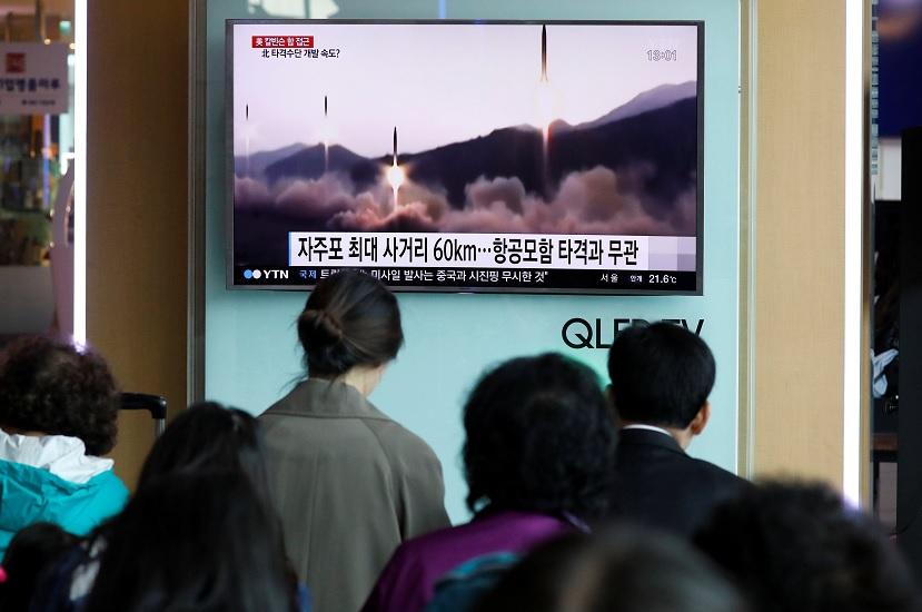 La gente ve en TV el lanzamiento de misiles de Corea del Norte (Reuters)