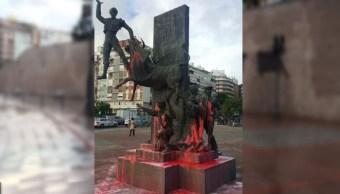 Los monumentos que hay en la plaza de toros de Las Ventas aparecieron rociados de pintura rosa. (@acirfiestabrava)
