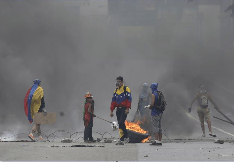 Opositores venezolanos protestan contra el presidente Maduro