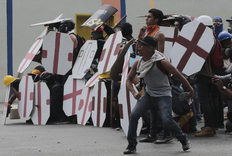 Opositores protestan contra Nicolas Maduro