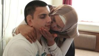 El joven Gaziantep Ümit Gül Anne con su madre (Foto: dailysabah)