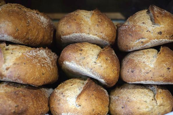 Piezas de pan recién horneado y apilado
