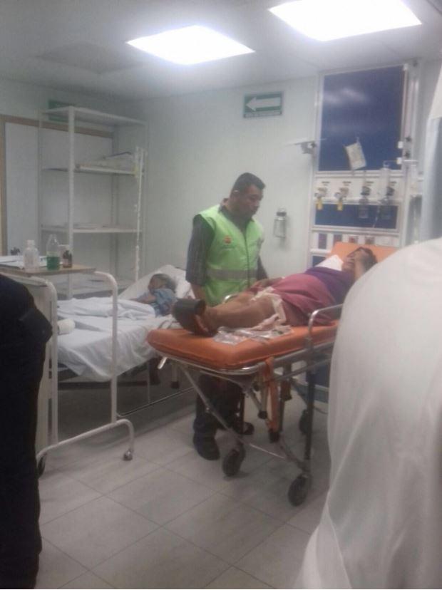 Personal de emergencias atiende a victima de explosion en la trinidad