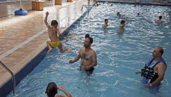 Personas nadando en una piscina en Irak