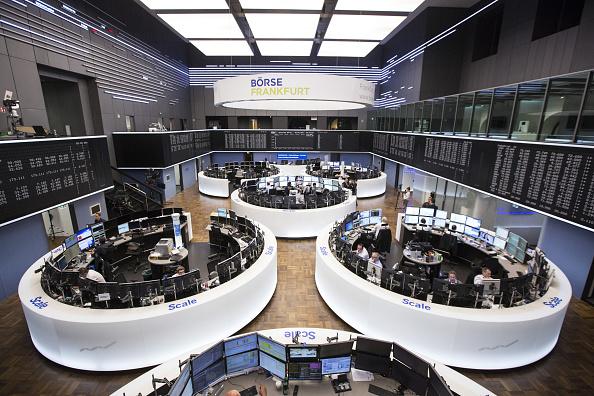 Piso de la Bolsa de Frankfurt; Bolsas europeas comenzaron operaciones con caídas