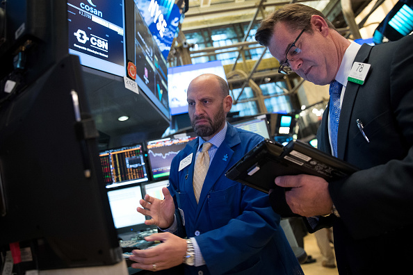 Operadores en el piso de negociaciones de Wall Street.