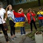 Los partidarios de la oposición con banderas (Reuters)