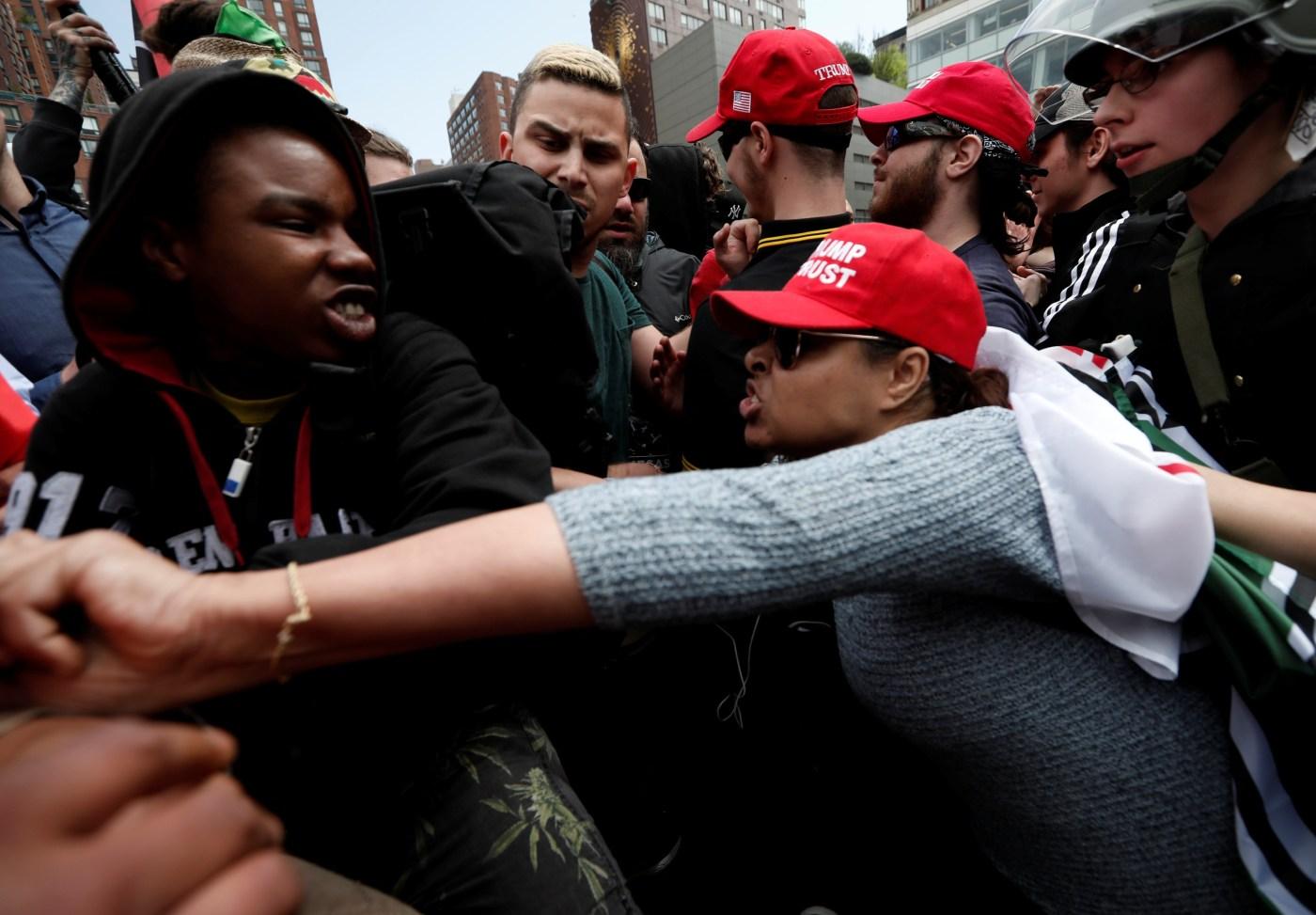 Manifestantes chocan con simpatizantes de Trump durante una protesta en New York (Reuters)