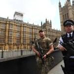 Policías resguardan el Palacio de Westminster, sede del Parlamento de Gran Bretaña (Reuters)