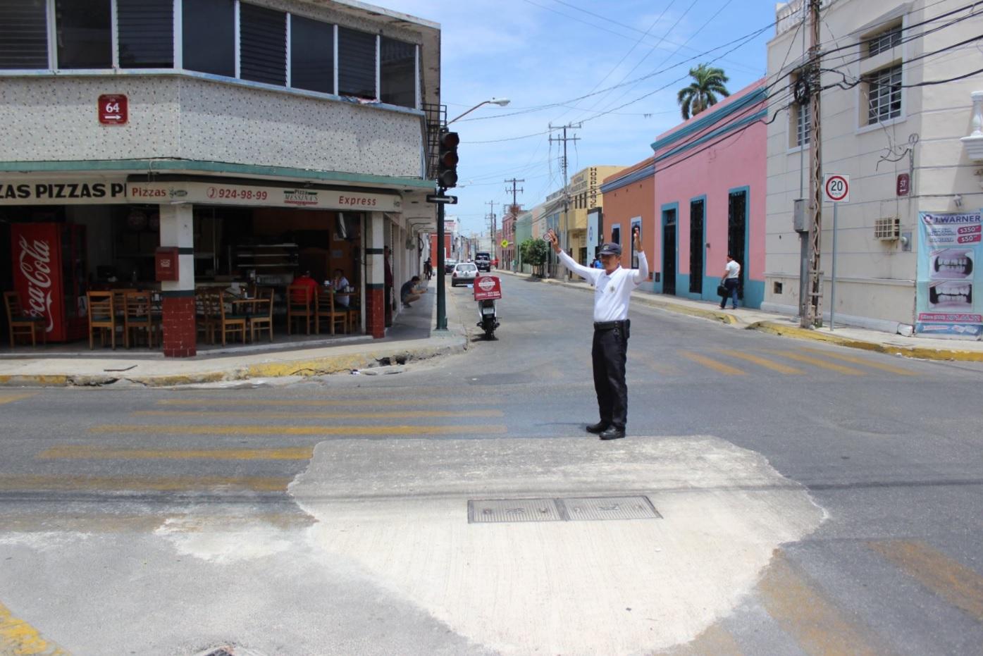 Oficial controla el tránsito vial en Merida