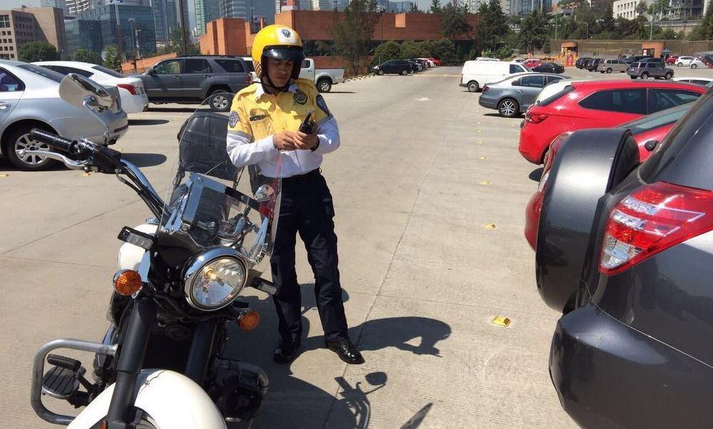 Un policía de Tránsito multando (@maria_chavezr)