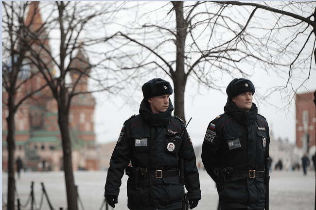 Policías rusos patrullan las calles de Moscú