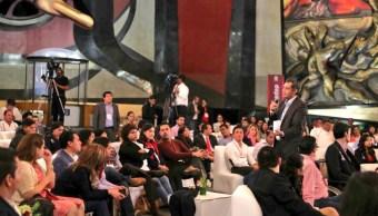 Ochoa Reza en una conferencia ofrecida ante estudiantes (Twitter @EnriqueOchoaR)
