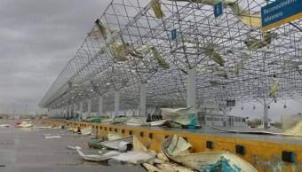 El puente internacional Comercio Mundial resultó dañado por los vientos. (Twitter: @yankuikmx_)