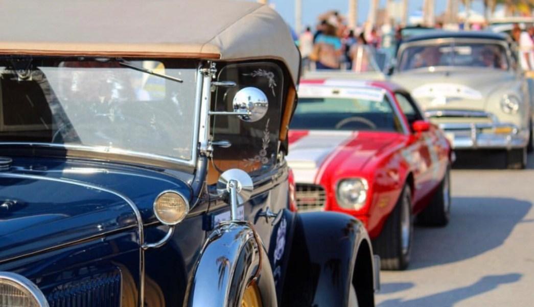 Autos antiguos participan en carrera
