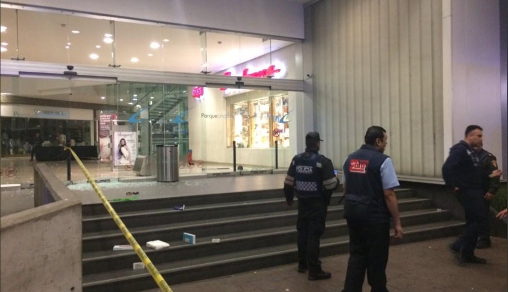 Autoridades vigilan tienda departamental tras robo