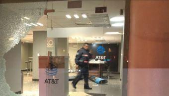 Vidrios rotos tras un robo a una tienda