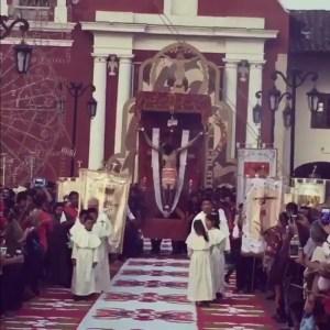 Población de Acaxochitlan acompaña procesión de cristo