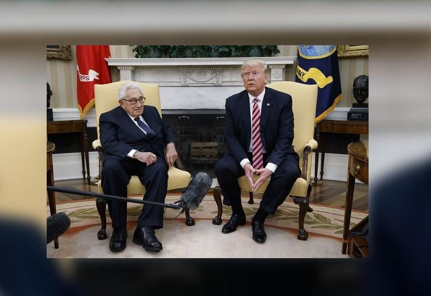 En la Oficina Oval, Donald Trump se reúne con Henry Kissinger, exsecretario de Estado y asesor de Seguridad Nacional bajo el mandato del presidente Richard Nixon,. (AP)