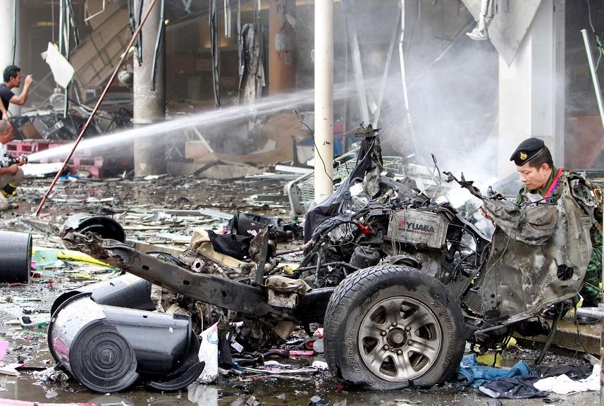 Los restos de un coche destruido se ven en un sitio de la explosión fuera de un supermercado en Pattani, Tailandia (Reuters)