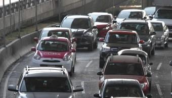 No es posible comparar los servicios de transporte que se ofrecen en plataformas digitales, como Uber, con los taxis, dice la SCJN. (Notimex/Archivo)