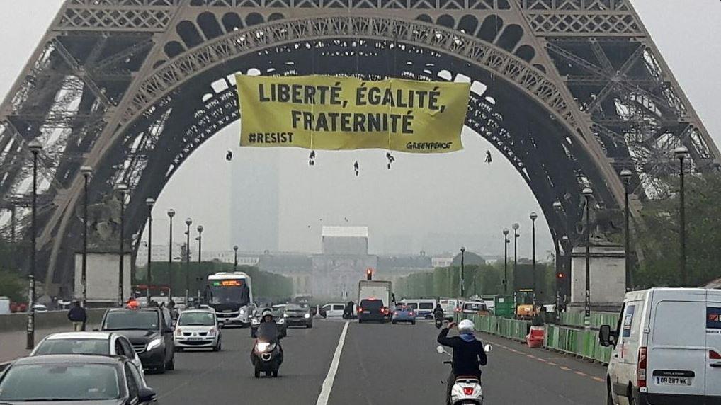 Activistas de Greenpeace despliegan manta en la Torre Eiffel contra Marine Le Pen. (@greenpeacefr)