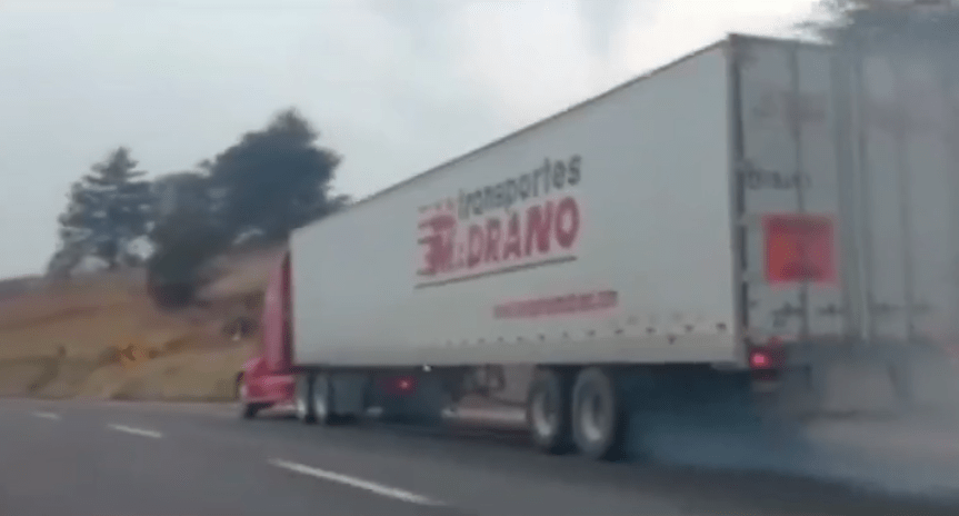 Trailer sin frenos en la México-Puebla