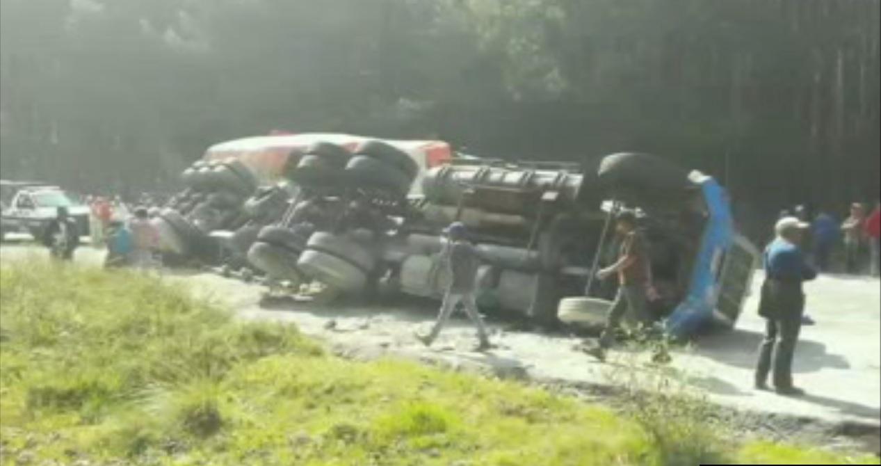 Trailer vuelca y provoca otro accidente en Veracruz