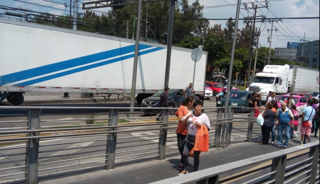 Transportistas circulan por calzada vallejo