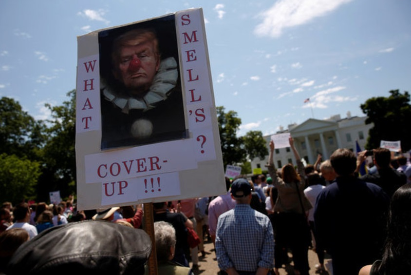 Manifestantes, en las inmediaciones de la Casa Blanca, se reúnen contra Trump por el despido del director del FBI (Reuters)