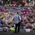 Un hombre observa las ofrendas dedicadas a las víctimas del atentado al Manchester Arena