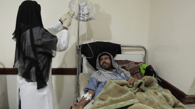 Un enfermo de colera es atendido en Yemen