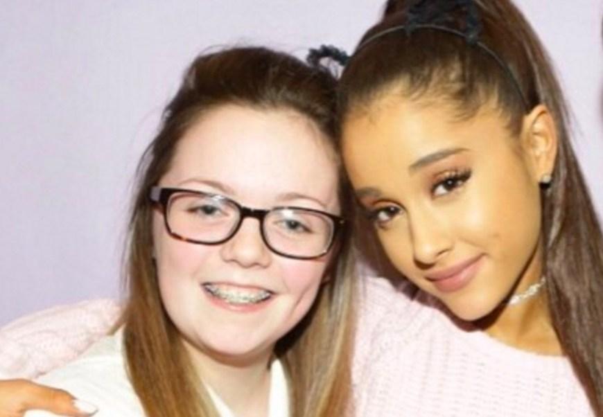 Georgina Bethany Callander junto a la cantante Ariana Grande (Twitter: @thedailybeast)