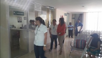Doctores recorren pasillos del IMSS
