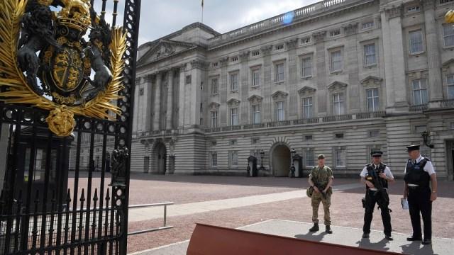 Detienen a sujeto armado en el palacio de Buckingham