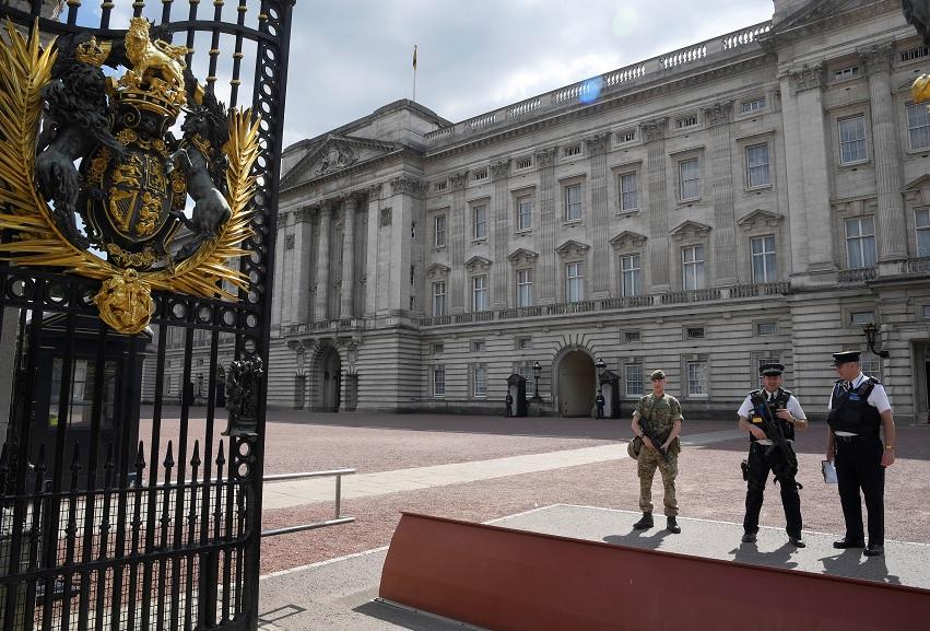 Un soldado y policías vigilan Palacio de Buckingham (Reuters)