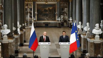 Vladimir Putin fue recibido en Versalles por Emmanuel Macron