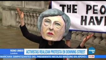 Activistas, burla, Theresa May, elecciones en Reino Unido