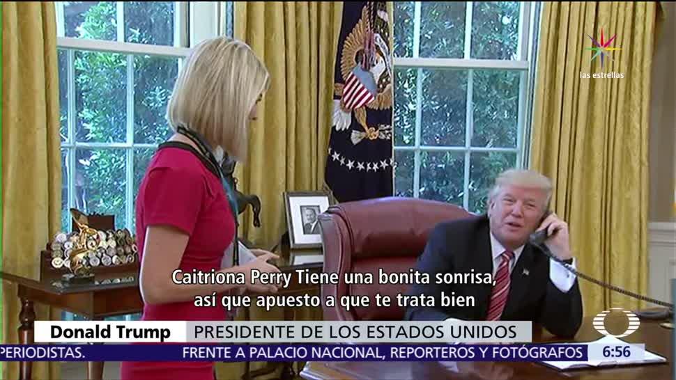 Trump interrumpe, llamada oficial, elogiar, sonrisa de reportera