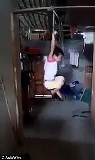niña, tortura, colgada, leche, Nguyen Thi Phuong, Le Chi Thai