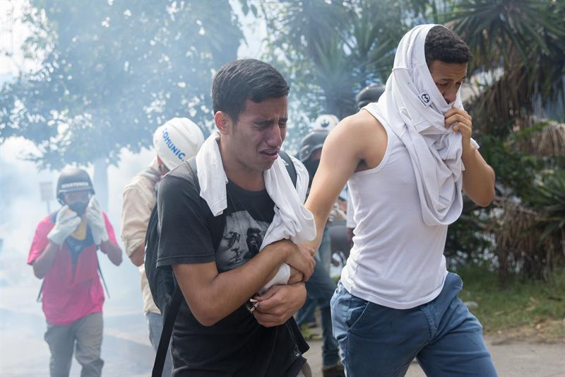 Centenares de manifestantes y agentes de seguridad mantuvieron el sábado enfrentamientos por varias horas (EFE)