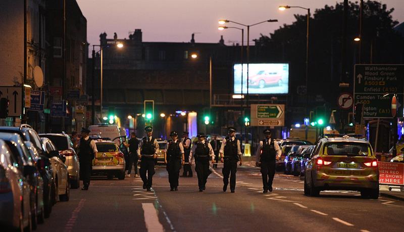 Un vehículo atropelló a varios peatones y dejó víctimas en el barrio de Finsbury Park (EFE)